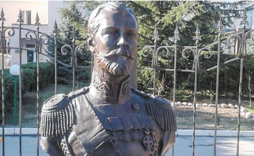 Бюст Николая II рядом с часовней. Фото Фото предоставлено Старостой Алексеем