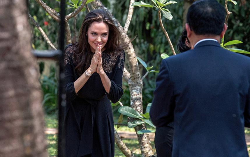 Джоли показала в Камбодже новый фильм и нового мужчину