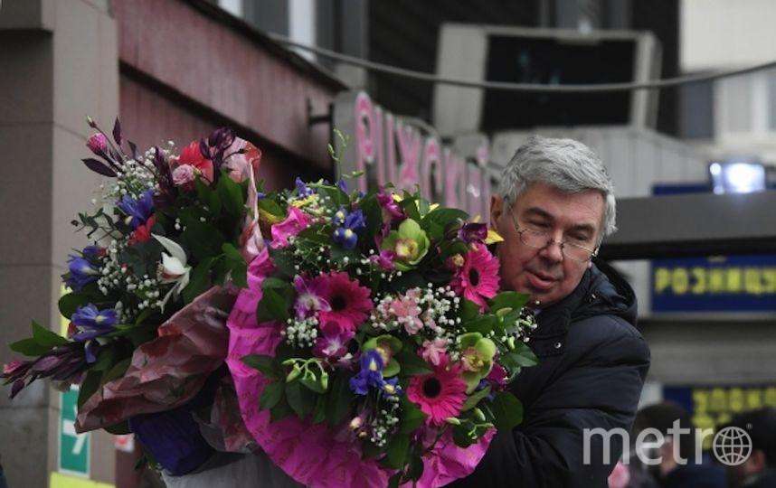 Мужчина с цветами на Рижском рынке. Фото РИА Новости