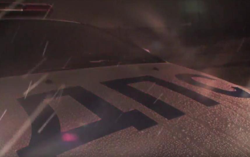 Сотрудники ГИБДД поздравили женщин гигантской восьмеркой из машин. Фото Скриншот, Скриншот Youtube