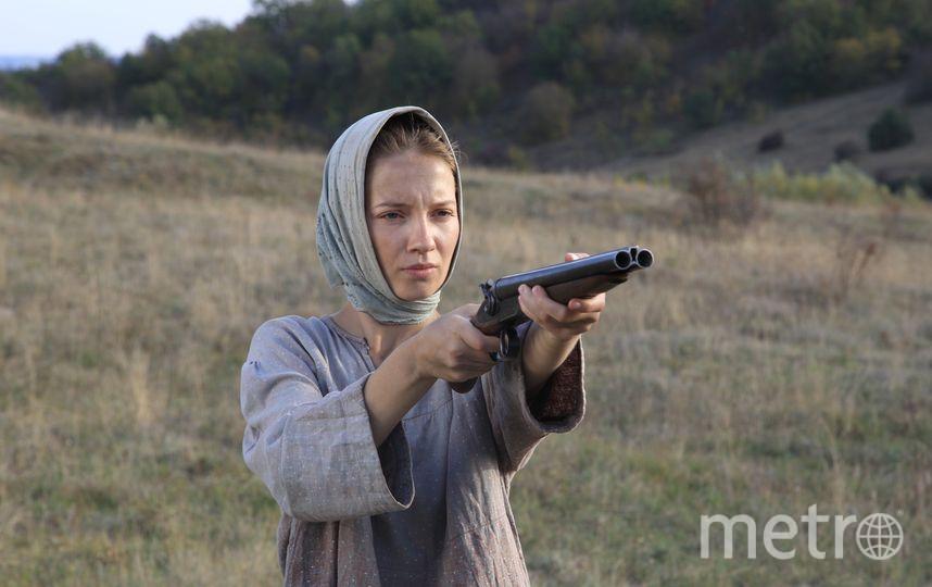 Мария Луговая с оружием. Фото Предоставлено пресс-службой Первого канала.
