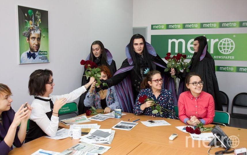 """Вампиры вручают розы. Фото Василий Кузьмичёнок, """"Metro"""""""