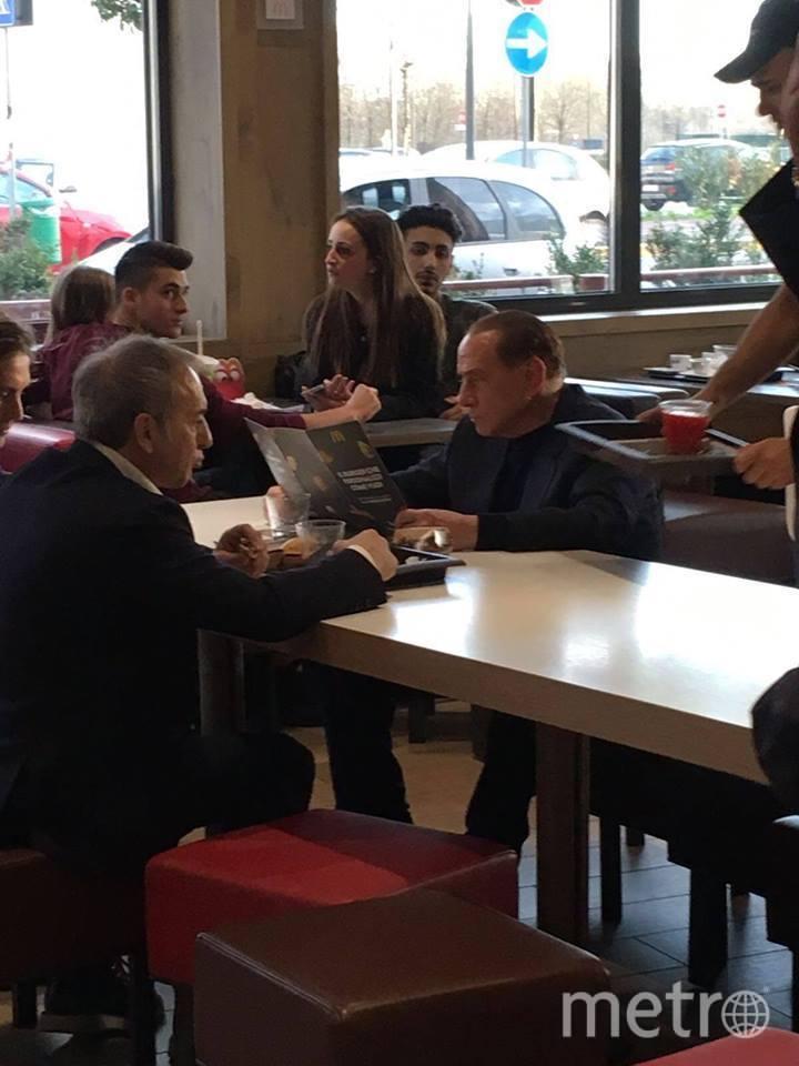 Сильвио Берлускони в McDonald's. Фото Скришнот с Facebook страницы CALCIATORI BRUTTI | Andrea Zucchiatti.
