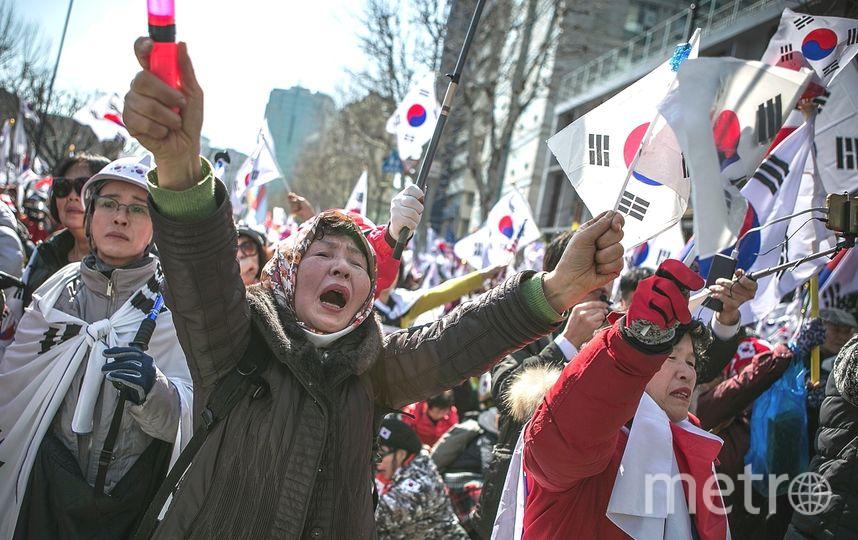 Люди вышли на улицы Сеула с плакатами, многие из них плачут и выкрикивают лозунги в защиту президента. Фото Getty