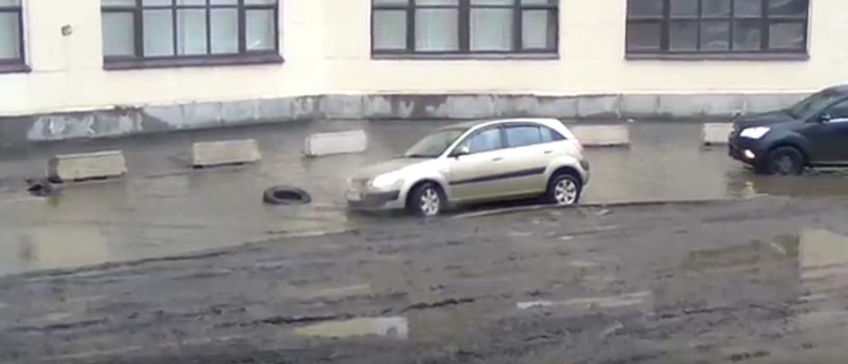 Очевидцы: В Петербурге автомобиль «утонул» в луже. Фото «ДТП и ЧП | Санкт-Петербург» / Скриншот, vk.com