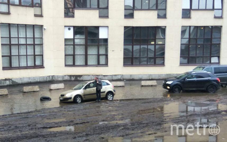 Очевидцы: В Петербурге автомобиль «утонул» в луже. Фото «ДТП и ЧП | Санкт-Петербург», vk.com