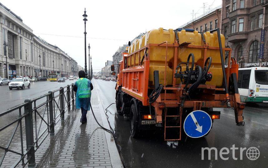 """уборка улиц в Петербурге в преддверии теплого сезона началась на месяц раньше обычного. Фото """"Metro"""""""