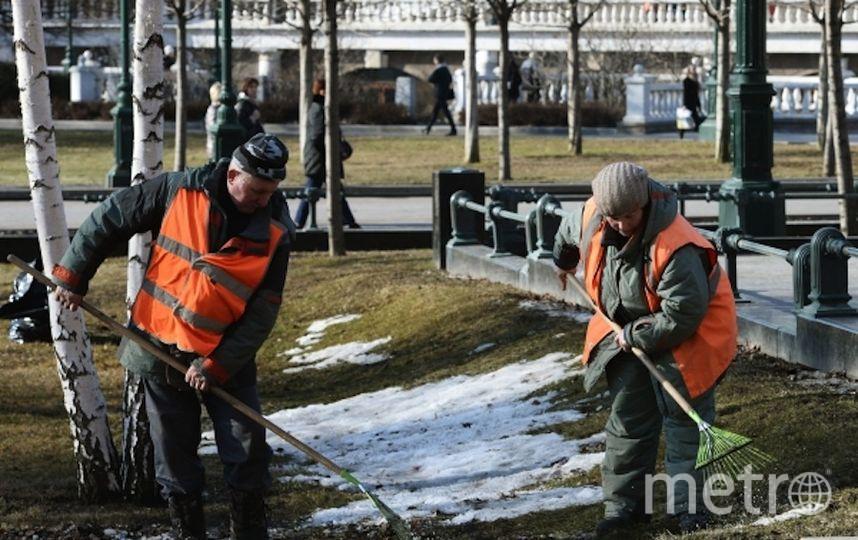 Коммунальщики чистят снег в Москве. Фото РИА Новости