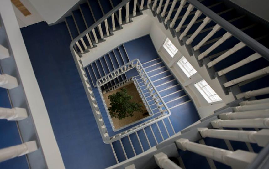 Мужчина впал в кому после падения с 5 этажа на лестничную площадку. Фото Getty