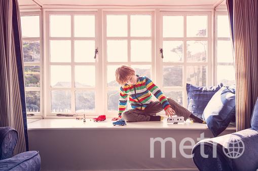 Обустройте на подоконнике небольшой диван с подушками. Фото Getty