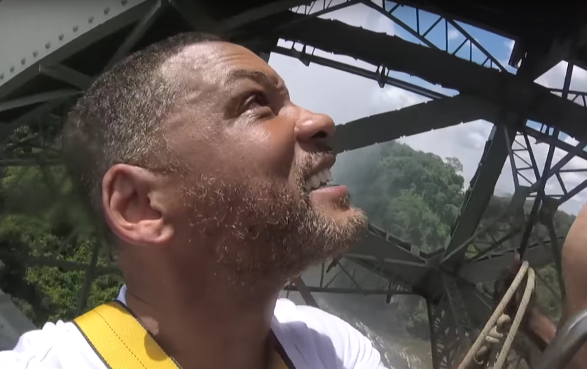 Уилл Смит прыгает с водопада. Фото Скриншот Youtube