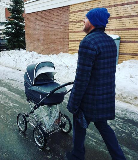 Максим Виторган гуляет с сыном Платоном. Фото Instagram Ксении Собчак