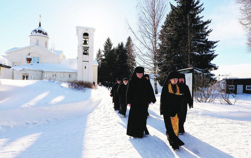 "Монахи выходят из храма после службы. Фото Алена Бобрович., ""Metro"""