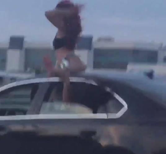 Девушка танцует тверк на крыше машины. Фото twitter.com/BillyCorben