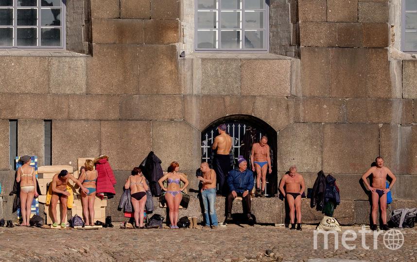 """В солнечные дни жители Северной столицы любят загорать у стен Петропавловской крепости. Фото Алёна Бобрович, """"Metro"""""""