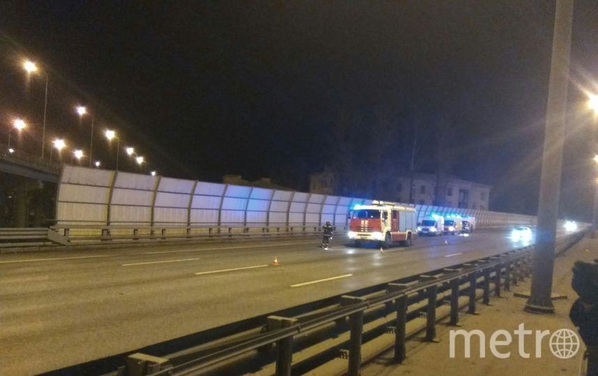 ВАЗ насмерть сбил человека ипротаранил «Мерседес» наКАД вПетербурге