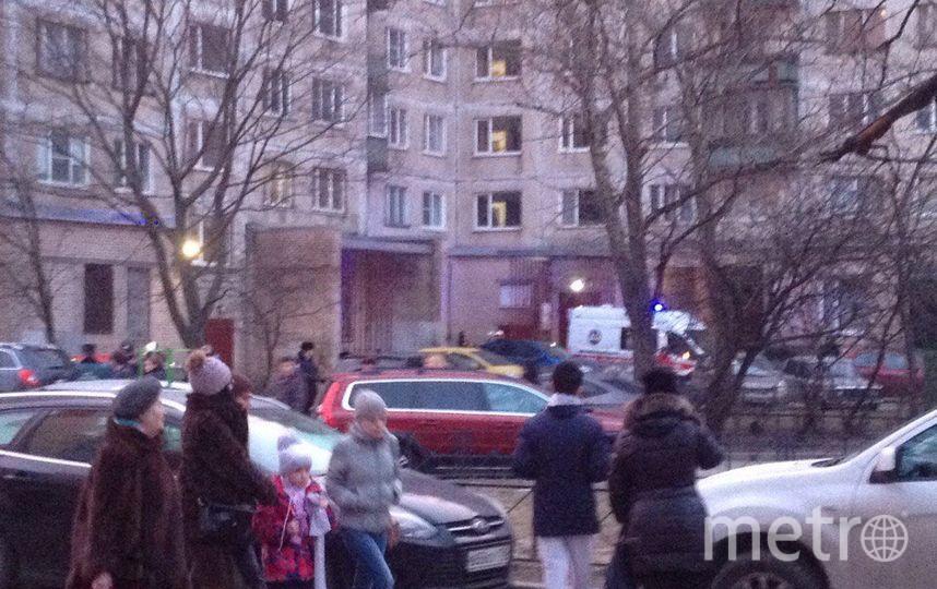 Жильцы дома ждали на улице, в машинах. Фото vk.com