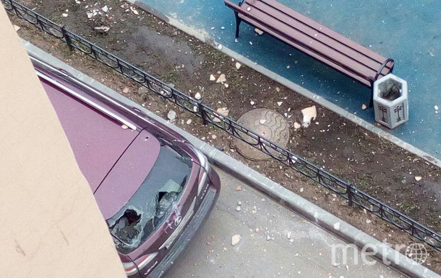 В Петербурге несколько иномарок пострадали от обрушения фасада. Фото «ДТП и ЧП | Санкт-Петербург», vk.com