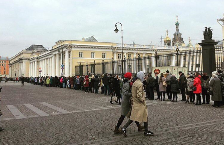 Посетители Русского музея коротают время в 2-х очередях