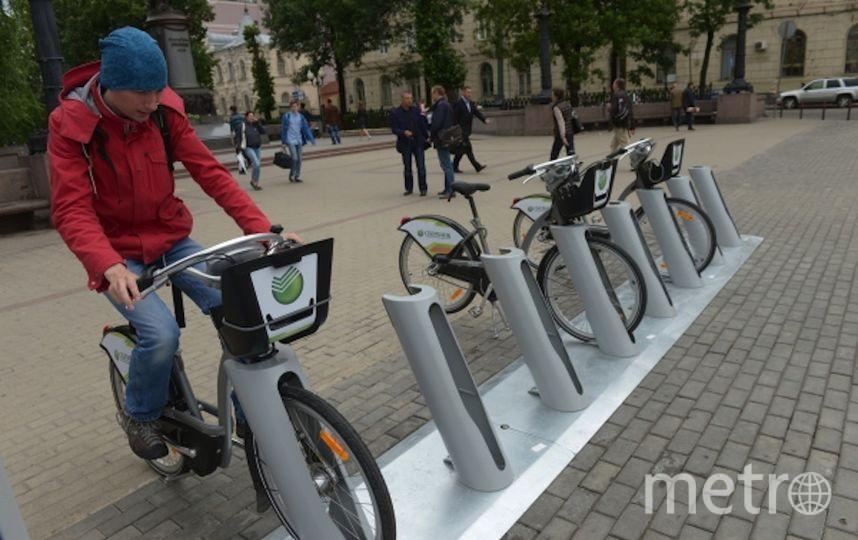 Парень берёт в аренду велосипед. Фото РИА Новости
