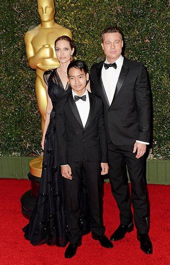Анджелина Джоли и Брэд Питт с сыном Мэддоксом. Фото instagram/celebrity_babykids