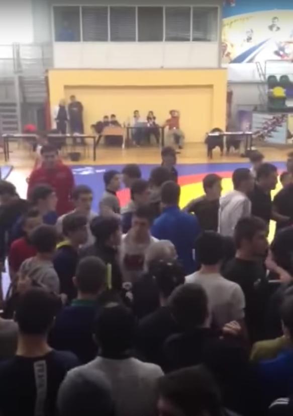 Массовая драка болельщиков в школе в Каспийске. Фото Скриншот Youtube