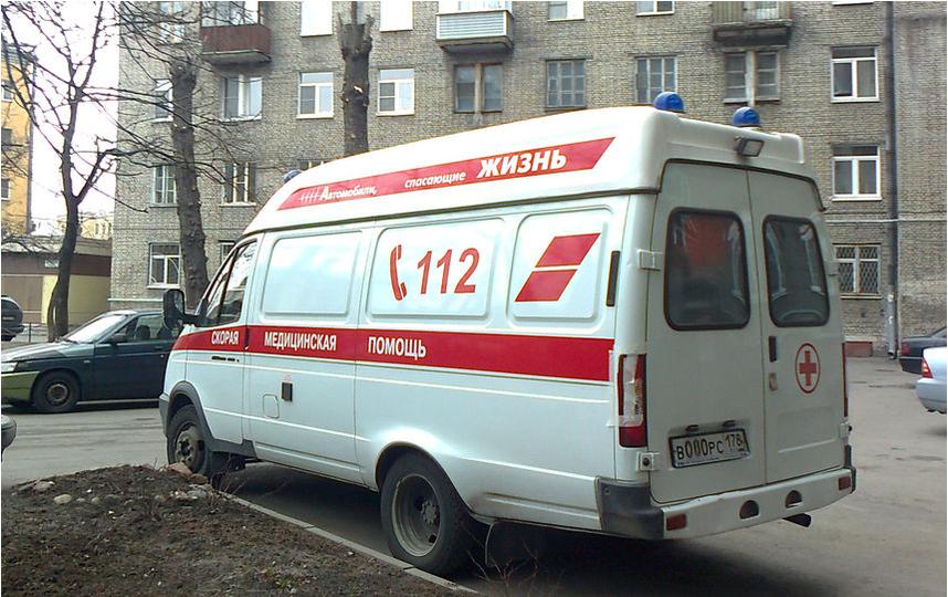 "Малыша спасают медики. Фото ""Metro"""