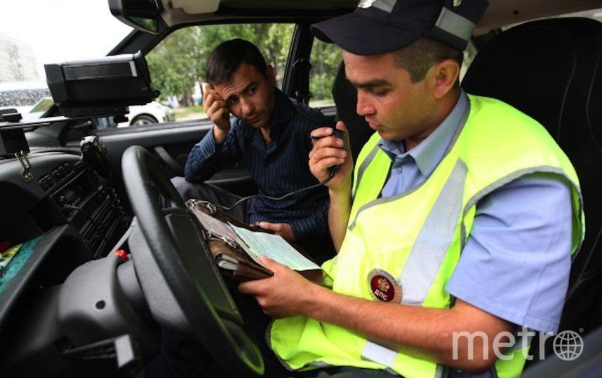 Сотрудник ГИБДД выписывает штраф (архивное фото). Фото РИА Новости