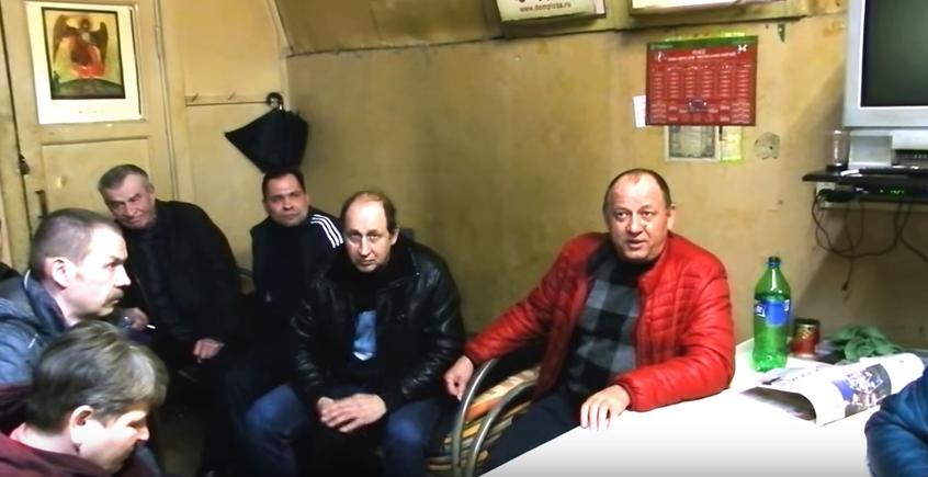 "Сотрудники аварийной службы ""Азимут"". Фото скриншот youtube.com/watch?v=RcF6CCKe8Zs"