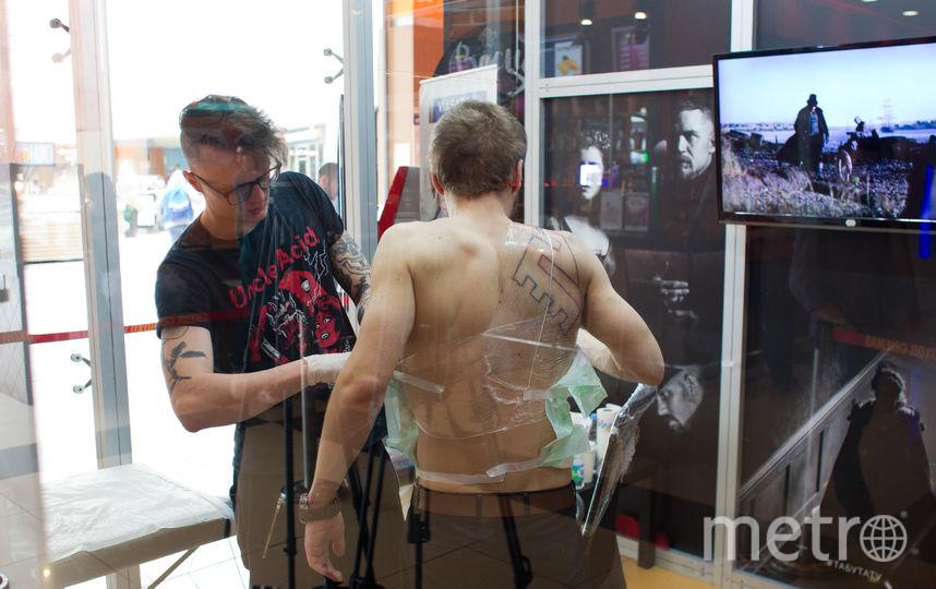Москвичу делают татуировку Тома Харди. Фото Василий Кузьмичёнок