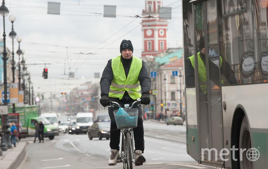 """Велосипедисты выехали на улицы Петербурга. Фото """"Metro"""""""