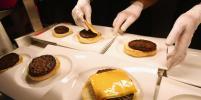 В ОАЭ за $10 тысяч продали самый дорогой в мире чизбургер