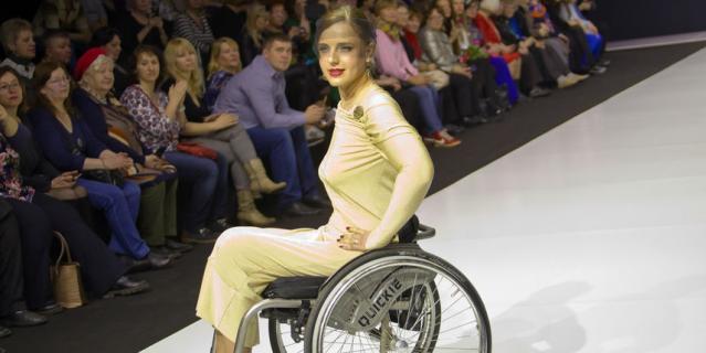 Модели на колясках покорили столичный подиум: лучшие фото с показа