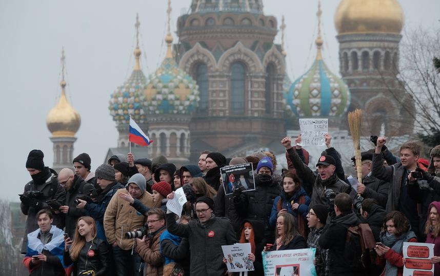 """На несанкционированный митинг собралось несколько тысяч петербуржцев. Фото """"Metro"""""""
