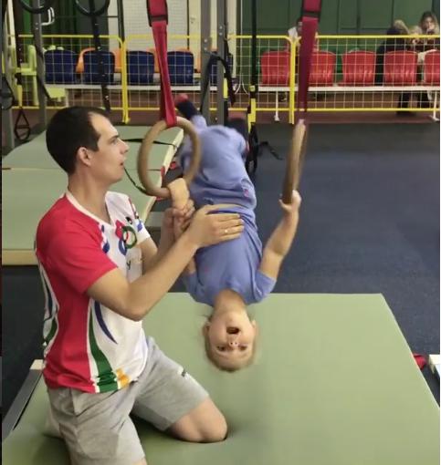 Маленькая Надя делает упражнения на кольцах. Фото скриншот с видео Instagram.com/tatiana_navka
