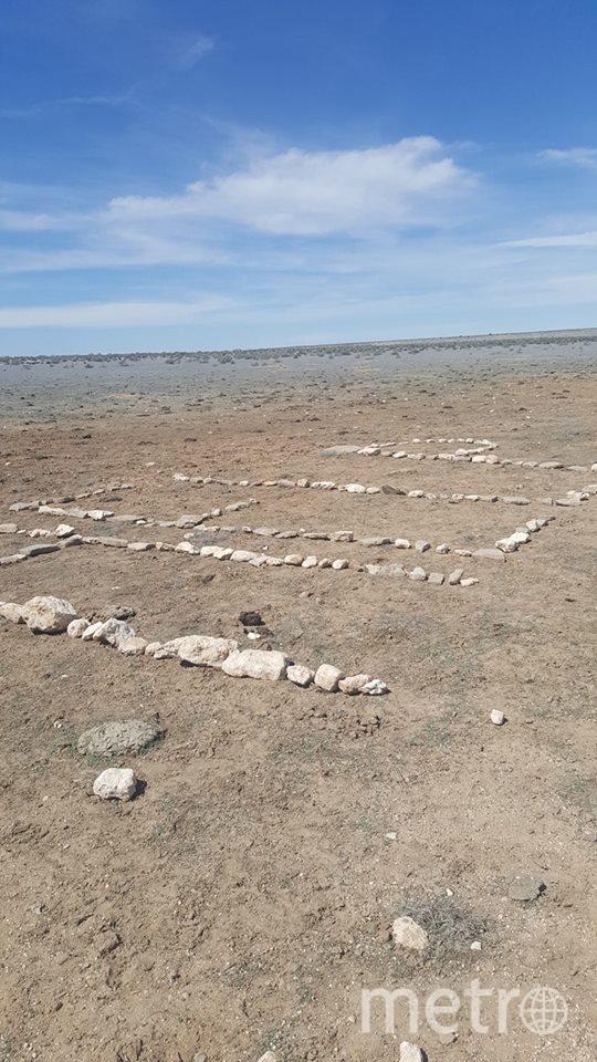 Надпись на песке. Фото Источник фото Амбер Ван Хеке