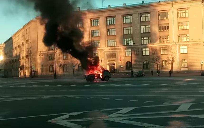 «Фонтанка»: дальнобойщики сожгли машину уадминистрации Петербурга