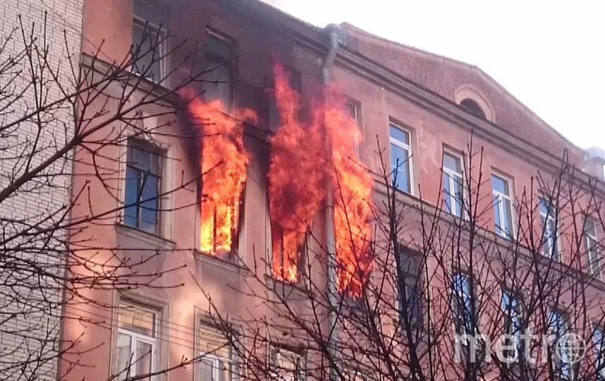 НаПетроградской гасят пожар попервому номеру