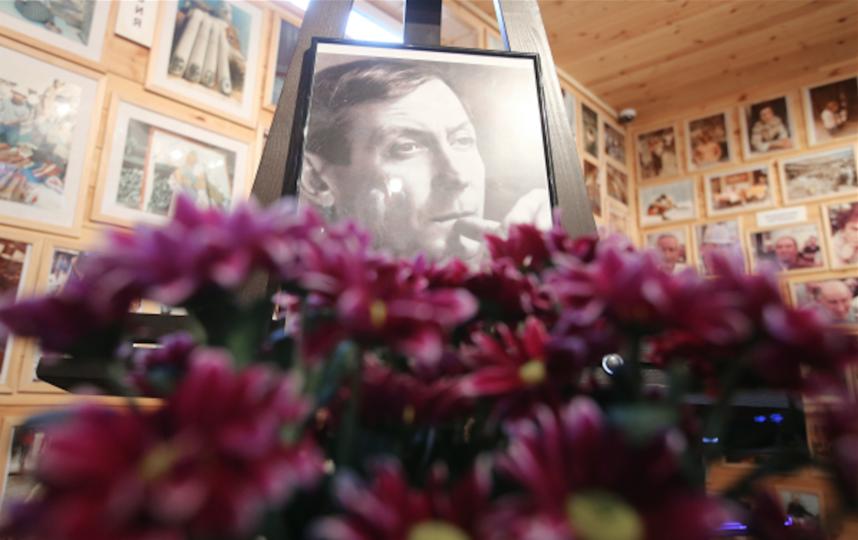 Портрет поэта Евгения Евтушенко, скончавшегося 1 апреля в США, в Государственном музее-галерее Е. Евтушенко в поселке Переделкино. Фото РИА Новости