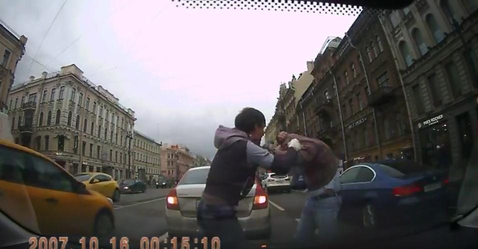 В Петербурге два автомобилиста подрались на проезжей части. Фото Скриншот Youtube