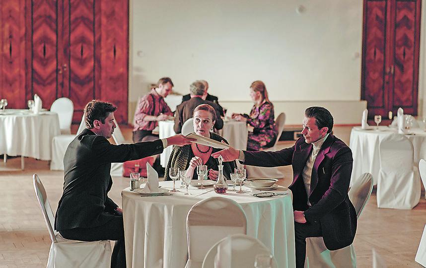 Сцена в ресторане. Вампилов (Андрей Мерзликин) вручает Ефремову (Кириллу Рубцову) рукопись «Утиной охоты». Фото предоставлено студией «Лендок»