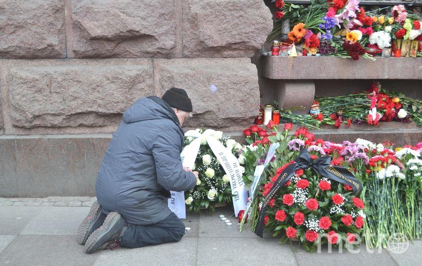 Генконсулы европейских стран возложили цветы уметро вПетербурге