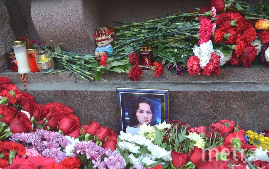 Цветы наместо теракта вметро Петербурга несут нескончаемым потоком