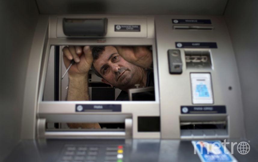 Банкоматы брали под контроль на удалении. Фото Getty