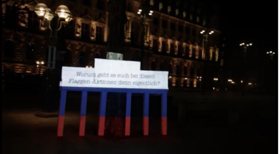 Скриншот из видеозаписи перформанса в Гамбурге.