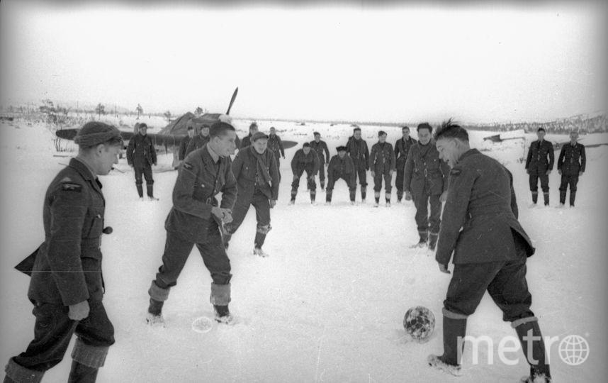 Товарищеский футбольный матч советских и английских летчиков. Заполярье. 1942. Фото представлены Анной Халдей.