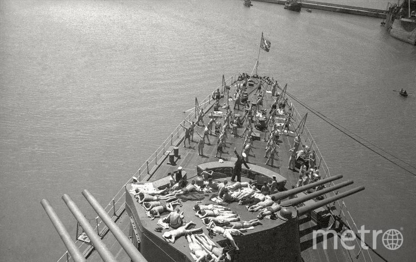 Матросы загорают на палубе крейсера «Молотов». Севастополь. 1944. Фото представлены Анной Халдей.