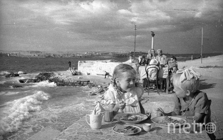 Обед в детском саду на берегу моря. Севастополь. 1944. Фото представлены Анной Халдей.
