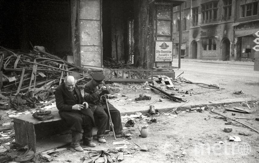 «Зачем война?» слепой с поводырем. Берлин. 1945. Фото представлены Анной Халдей.