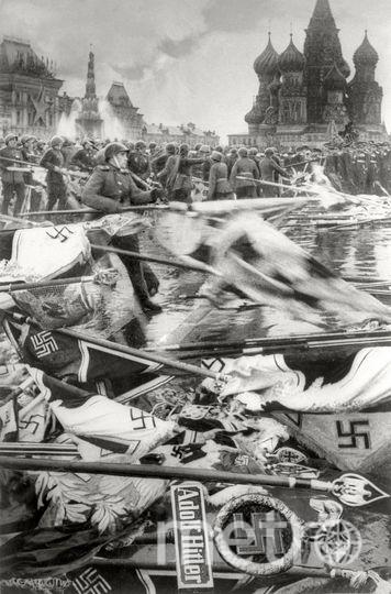 Солдаты бросают гитлеровские штандарты. Парад Победы. Москва. 24 июня 1945. Фото представлены Анной Халдей.